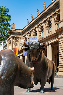 Germany, Hesse, Frankfurt on the Main:  the bear and the bull, in front of the Frankfurt Stock Exchange | Deutschland, Hessen, Frankfurt am Main: Bulle und Baer vor der Frankfurter Boerse