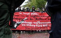 """Nazi Aufmarsch / Demo in Leipzig Ost - Leipziger verhindert den Zug durch die Stadt mit Blockade am S-Bahnhof Sellerhausen - unter dem Motto """"Leipzig nimmt Platz"""" nahmen Hunderte Leipziger an der bunten Gegenveranstaltung teil - sie schafften es den Start des Aufmarsches solange zu verhindern bis die Polizei die Kundgebung für beendet erklärte - in diesem Moment (ca. 16:40) eskalierte die Situation auf Seiten der Sympathiesanten der rechten Szene - Steine und Flaschen flogen - die Polizei bekam die Situation rasch wieder unter Kontrolle - im Bild:  die rechten unter Polizeischutz. Foto: Norman Rembarz..Norman Rembarz , ASV-Autorennummer 41043728 , Holbeinstr. 14, 04229 Leipzig, Tel.: 01794887569, Hypovereinsbank: BLZ: 86020086, KN: 357889472, St.Nr.: 231/261/06432 - Jegliche kommerzielle Nutzung ist honorar- und mehrwertsteuerpflichtig! Persönlichkeitsrechte sind zu wahren. Es wird keine Haftung übernommen bei Verletzung von Rechten Dritter. Autoren-Nennung gem. §13 UrhGes. wird verlangt. Weitergabe an Dritte nur nach  vorheriger Absprache.."""