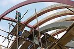 Foto: VidiPhoto..KEZMAROK - In het Slowaakse plaatsje Kezmarok, in de buurt van de Hoge Tatra's, wordt gebouwd aan een nieuwe Grieks-Katholieke koepelkerk. Het godshuis wordt 27 meter hoog en gebouwd volgens de klassieke vorm. Dat laatste is vrij ongebruikelijk. In Slowakije worden relatief veel moderne kerken gebouwd omdat er nogal wat zijn afgebroken tijdens het communisme. Ruim 80 procent van de bevolking is religieus, voornamelijk katholiek. In tegenstelling tot veel andere landen, werken bouwvakkers in Slowakije op zondag door. Ook werken de meeste bouwvakkers nog zonder helm en andere veiligheidsmaatregelen.