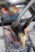 """Asie/Israël/Galilée/Rosh Pina/Safed: Cuisson des aubergines grillées par Chaim Tibi chef du restaurant """"Muscat"""" de l'Hotel Restaurant """"Mizpe Hayamim"""" avec sa ferme bio créé par le docteur Yaros Yaroshlavsky dans les années 60"""