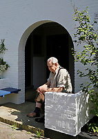 Nederland  Amsterdam - 2017. Hofje in Betondorp. Foto mag niet in negatieve context gebruikt worden. Betondorp is een buurt in het Amsterdamse stadsdeel Oost. De buurt werd als tuindorp gebouwd in de Watergraafsmeer tussen 1923 en 1925 als Tuindorp Watergraafsmeer. Doordat voor het eerst veel beton werd toegepast bij de bouw van de woningen, ging het in de volksmond al snel Betondorp heten.    Foto Berlinda van Dam / Hollandse Hoogte