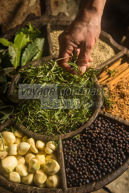 Italie, Val d'Aoste,  Arnad:   Préparation du Lard d'Arnad, AOP, à la charcuterie: Maison Bertolin - Vallée d'Aoste Lard d'Arnad - DOP Denominazione di Origine Protetta, Epices et herbes aromatiques, Le lard   est mis dans des Doïls,   moules en bois traditionnels; Chaque couche de lard est déposée en alternance avec un mélange de sel, d'eau, d'épices: poivre, clous de girofle, grains de genièvre, cannelle, noix de muscade  et d'herbes aromatiques:romarin, laurier, sauge, achillée provenant toutes de la vallée. Le récipient est alors fermé pour une période d'affinage de 3 mois minimum. Pour un affinage plus long, du vin blanc est ajouté dans les récipients // Italy, Aosta Valley,  Arnad: Preparation of Arnad lard, PDO, charcuterie: House Bertolin - Vallée d'Aoste Lard d'Arnad (PDO) - Lardo is placed in Dolls, traditional wooden molds; Each blubber is deposited alternately with a mixture of salt, water, spices: pepper, cloves, juniper berries, cinnamon, nutmeg and herbs: rosemary, bay, sage, yarrow all from the valley. The container is then closed for a ripening period of at least 3 months. For a longer ripening white wine is added to the containers
