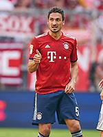 Mats HUMMELS, FCB 5     and ,  , gesture reckt den Daumen hoch,  and ,  , Einzel, Gestik, Geste, Handbewegung  <br /> FC BAYERN MUENCHEN - VFB STUTTGART 1-4<br /> Football 1. Bundesliga , Muenchen,12.05.2018, 34. match day,  2017/2018, , 28.Meistertitel, <br />   *** Local Caption *** © pixathlon<br /> Contact: +49-40-22 63 02 60 , info@pixathlon.de