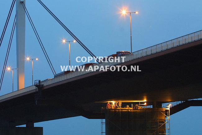 slijk-ewijk 070701<br />werkzaamheden brug over de waal<br />de 3 vrachtwagens bovenop zijn gevuld met zand <br />foto sjef prins / apa foto