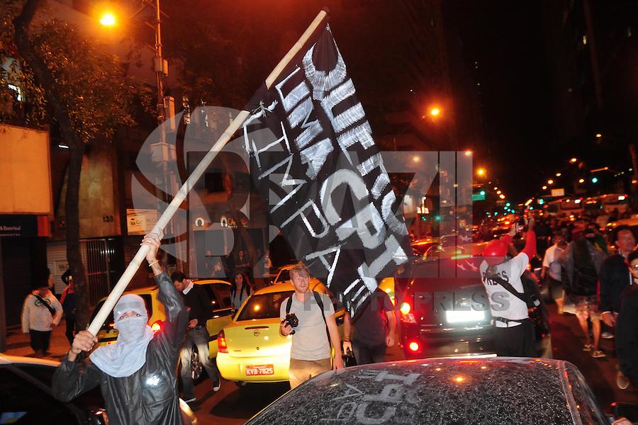RIO DE JANEIRO,RJ,15.08.2013: PROTESTO FORA CABRAL NO RIO DE JANEIRO- Manifestante continuam ocupando a Câmara Municipal do Rio esta noite. Um grupo de manifestantes fazem protestos percorrendo ruas da Cidade com gritos fora Cabral. A Avenida Rio Branco Chegou a ser fechada por meia hora, pelos manifestantes. Um tumulto teve início quando os manifestantes  chegaram ao museu do  Mar na Zona Portuária e policiais militares chegaram a jogar a viatura em cima de dois indios que faziam parte do protesto. SANDROVOX/BRAZILPHOTOPRESS