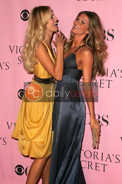 Karolina Kurkova and Gisele Bundchen <br />arriving at The Victoria's Secret Fashion Show. Kodak Theatre, Hollywood, CA. 11-16-06<br />Dave Edwards/DailyCeleb.com 818-249-4998