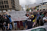 BOGOTA - COLOMBIA, 13-09-2020: Cientos de manifestantes frente al CAI de San Diego durante el quinto día de protestas causadas por el asesinato del abogado Javier Ordoñez, abogado de 46 años, a manos de efectivos de la Policía de Bogotá el pasado miércoles 09 de septiembre de 2020 en el barrio Villa Luz al noroccidente de Bogotá (Colombia). En lo que va corrido del 2020 la alcaldía de Bogotá ha recibido 137 denuncias  de abuso policial de las cuales la Policía acusa recibido de 38.  / Hundred of people in front of San Diego CAI during the fifth day of protests caused by the murder of lawyer Javier Ordoñez, a 46-year-old lawyer, at the hands of members of the Bogotá Police on Wednesday, September 9, 2020 in Villa Luz neighborhood in the northwest of Bogotá (Colombia). So far in 2020 the Bogotá mayor's office has received 137 complaints of police abuse of which the Police accuse they have received 38. Photo: VizzorImage / Diego Cuevas / Cont