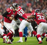 26.10.2014.  London, England.  NFL International Series. Atlanta Falcons versus Detroit Lions. Falcons' QB Matt Ryan [2] hands of to Falcons' RB Jacquizz Rodgers [32]