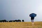 Europa, DEU, Deutschland, Nordrhein Westfalen, NRW, Rheinland, Niederrhein, Xanten-Birten, Fuerstenberg, Getreidefeld nach der Ernte, Frau mit Regenschirm, Himmel, Kategorien und Themen, Symbol, Symbolik, Symbolfoto, Symbolbild, Wetter, Wetterelemente, Wetterlage, Wetterkunde, Witterung, Witterungsbedingungen, Wettererscheinungen, Meteorologie, Wettervorhersage....[Fuer die Nutzung gelten die jeweils gueltigen Allgemeinen Liefer-und Geschaeftsbedingungen. Nutzung nur gegen Verwendungsmeldung und Nachweis. Download der AGB unter http://www.image-box.com oder werden auf Anfrage zugesendet. Freigabe ist vorher erforderlich. Jede Nutzung des Fotos ist honorarpflichtig gemaess derzeit gueltiger MFM Liste - Kontakt, Uwe Schmid-Fotografie, Duisburg, Tel. (+49).2065.677997, ..archiv@image-box.com, www.image-box.com]
