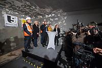 """Tunneldurchbruch am U-Bahnhof Brandenburger Tor<br /> Mit dem Projekt """"Lueckenschluss U5"""" wurde am Mittwoch den 22. Maerz 2017 in Berlin die Linie der U5 mit der Linie U55 verbunden.<br /> Im Beisein vom Regierenden Buergermeister Michael Mueller und der Vorstandsvorsitzenden den Berliner Verkehrsbetriebe (BVG) Sigrid Evelyn Nikutta wurde der ca. 1,7 Kilometer lange Tunnel am U-Bahnhof Brandenburger Tor durchbrochen.<br /> Im Bild vlnr.: Stefan Roth, Geschaeftsleitung der verantwortlichen Baufirma Implenia; Verkehrssenatorin Regine Guenther; Joerg Seegers, Geschaeftsfuehrer Technik der Projektrealisierungs GmbH U5; Buergermeister Michael Mueller; die BVG-Vorstandsvorsitzende Sigrid Evely Nikutta und Ute Bonde, Geschäftsfuehrerin Finanzen, Projektrealisierungs GmbH U5.<br /> 22.3.2017, Berlin<br /> Copyright: Christian-Ditsch.de<br /> [Inhaltsveraendernde Manipulation des Fotos nur nach ausdruecklicher Genehmigung des Fotografen. Vereinbarungen ueber Abtretung von Persoenlichkeitsrechten/Model Release der abgebildeten Person/Personen liegen nicht vor. NO MODEL RELEASE! Nur fuer Redaktionelle Zwecke. Don't publish without copyright Christian-Ditsch.de, Veroeffentlichung nur mit Fotografennennung, sowie gegen Honorar, MwSt. und Beleg. Konto: I N G - D i B a, IBAN DE58500105175400192269, BIC INGDDEFFXXX, Kontakt: post@christian-ditsch.de<br /> Bei der Bearbeitung der Dateiinformationen darf die Urheberkennzeichnung in den EXIF- und  IPTC-Daten nicht entfernt werden, diese sind in digitalen Medien nach §95c UrhG rechtlich geschuetzt. Der Urhebervermerk wird gemaess §13 UrhG verlangt.]"""