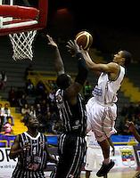 BOGOTA - COLOMBIA: 06-04-2013: Jeff Jahnbulleth (Izq) Piratas de Bogotá, disputa el balón con Garres (Der.), de Manizales Once Caldas abril 6 de 2013. Piratas y Manizales Once Caldas disputaron partido de la fecha 24 de la Liga Directv Profesional de baloncesto en partido jugado en el Coliseo El Salitre. (Foto: VizzorImage / Str.) Jeff Jahnbulleth (L), of Pirates from Bogota dispute the ball with Justin Garris (R) of Manizales Once Caldas, April 6, 2013. Piratas and Manizales Once Caldas disputed a match for the 24 date of the League of Professional Directv basketball game at the Coliseo El Salitre. (Photo. VizzorImage / Str.)..