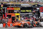 #19: Daniel Suarez, Joe Gibbs Racing, Toyota Camry ARRIS pit stop