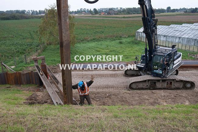 """Oosterhout (gld)041010 Voor de nieuwe Waalbrug """" de Oversteek""""  worden damwanden geplaatst om de dijk tijden de werk`zaamheden te ondersteunen.<br /> <br /> Foto Frans Ypma APA-foto"""