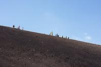 Touristen wandern auf den Haengen des Vulkan Etna auf Sizilien.<br /> Der Etna ist einer der wenigen aktiven Vulkan in Europa.<br /> 24.7.2020, Parco dell'Etna<br /> Copyright: Christian-Ditsch.de