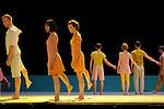 A cet endroit....Pièce pour 15 danseurs - Création 2007..Chorégraphie : Odile Duboc....Musique : Benoît Louette..Scénographie et lumières :..Françoise Michel -..Costumes : Dominique Fabrègue..Quatuor à cordes : Musiciens de l'Opéra de Lyon..Opéra de Lyon - Lyon, France..2008/09/07....Copyright © Laurent Paillier / photosdedanse.com..All right reserved
