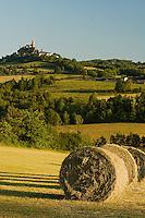 La butte de Turenne, surmonte de son chateau, domine le causse Correzien. Meule de paille.
