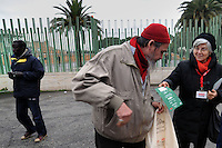 HALAL by COOP. I soci Coop e l'associazione Minareti distribuiscono i volantini e borse di cotone per la spesa..HALAL by COOP.Coop members and the association Minarets distribute leaflets and cotton bags for shopping...