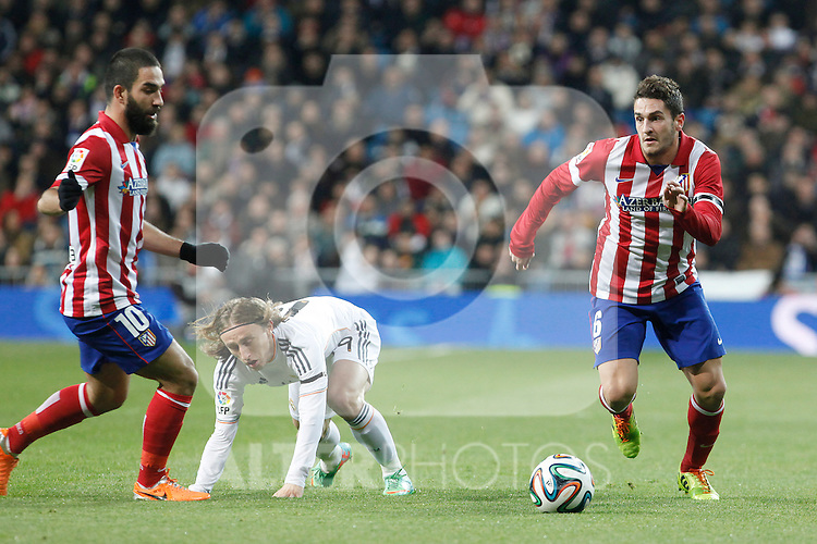 Real Madrid´s Modric (C) and Atletico de Madrid´s Koke (R) and Arda Turan (L) during King´s Cup (Copa del Rey) semifinal match in Santiago Bernabeu stadium in Madrid, Spain. February 05, 2014. (ALTERPHOTOS/Victor Blanco)
