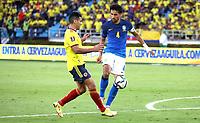 BARRANQUILLA – COLOMBIA, 10-10-2021: Falcao de Colombia (COL) y Marquinhos de Brasil (BRA) dispután el balón durante partido entre los seleccionados de Colombia (COL) y Brasil (BRA), de la fecha 10 por la clasificatoria a la Copa Mundo FIFA Catar 2022, jugado en el estadio Metropolitano Roberto Meléndez en la ciudad de Barranquilla. / Falcao  of Colombia (COL) and Marquinhos of Brasil (BRA) vie for the ball during match between the teams of Colombia (COL) and Brasil (BRA), of the 10th date for the FIFA World Cup Qatar 2022 Qualifier, played at Metropolitan stadium Roberto Melendez in Barranquilla city. Photo: VizzorImage / Jairo Cassiani / Contribuidor
