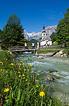 DEU, Deutschland, Bayern, Oberbayern, Berchtesgadener Land, Ramsau: Ramsauer Ache und Pfarrkirche vor Reiter Alpe | DEU, Germany, Bavaria, Upper Bavaria, Berchtesgadener Land, Ramsau: Ramsauer Ache (brook), parish church and Reiter Alpe mountain