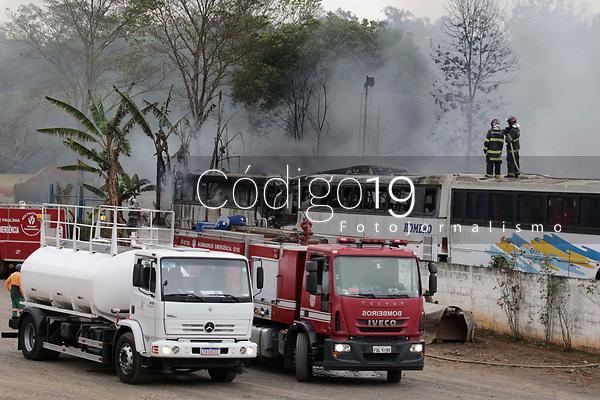 Paulinia (SP), 20/08/2020 - Incêndio - A garagem de uma empresa de ônibus localizada em Paulínia pegou fogo na manhã desta quinta-feira (20). O incêndio atingiu a área onde estão estacionados os ônibus da empresa Turismo Romero Esteves, localizada no bairro Santa Cecília. Mais da metade dos ônibus que estavam no local pegaram fogo. <br /> O fogo foi controlado no início desta tarde, de acordo com informações do Corpo de Bombeiros. Dos 60 ônibus que estavam na garagem, 49 pegaram fogo. No local ficavam ônibus que iriam passar por manutenção ou que já não estavam mais em circulação.
