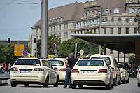City Tunnel sorgt dafür, das die Leipziger Taxifahrer Umsatzeinbußen hinnehmen müssen. Taxis stehen am 28.06.2014 am Taxistand am Hauptbahnhof in Leipzig (Sachsen). <br /> Foto: Christian Nitsche