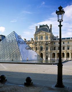 Frankreich, Paris: Palais du Louvre mit glaeserner Pyramide   France, Paris: the Great Louvre Museum with glassy pyramid