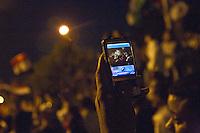 EGITTO, IL CAIRO 9/10 settembre 2011: assalto all'ambasciata israeliana. Migliaia di manifestanti egiziani, ancora infuriati per l'uccisione di cinque guardie di frontiera egiziane da parte dell'esercito israeliano, hanno fatto irruzione nella sede diplomatica israeliana e sono stati poi sgomberati da esercito e polizia egiziana. Nell'immagine: fotografia scattata da un telefono cellulare sui manifestanti la sera delle proteste.<br /> Egypt attack to the Israeli embassy  Attaque à l'ambassade israelienne Caire