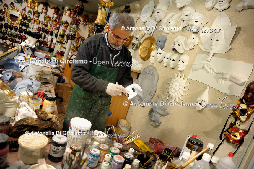 """Rsgar Aziz, artigiano Kurdo iracheno, immigrato in Italia quasi 20 anni fa, mentre lavora nel suo laboratorio artigianale """"Casanova"""" di maschere di cartapesta, Venezia.<br /> Rsgar Aziz, Kurdish Iraqi artisan, immigrant in Italy from 20 years, while working in his workshop """"Casanova"""" of papier-mâché masks, Venice."""