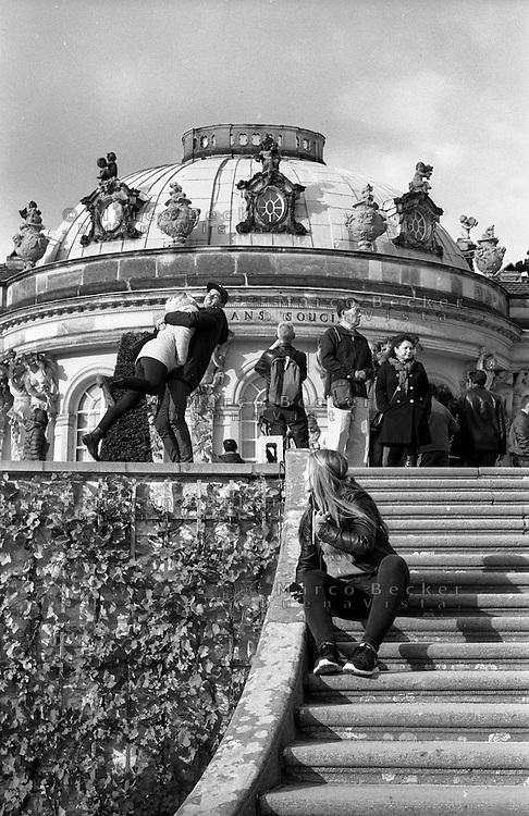Potsdam, palazzo di Sanssouci. Un ragazzo e una ragazza si abbracciano --- Potsdam, Sanssouci palace. <br /> A boy and girl embrace each other