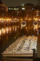 AMSTERDAM-HOLANDA.  Botes sobre un canal que atreviesa el distrito rojo de Amsterdam. Boats on a water canal crossing the red light district, Amsterdam. Photo: VizzorImage/STR