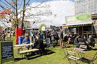 Nederland Eindhoven 2016 04 23. De campus van de Technische Universiteit Eindhoven transformeert op vrijdag 22 tot en met zondag 24 april tot een festivalterrein in het kader van het 60-jarig bestaan van de universiteit. Technologie, innovatie, muziek, kunst, debat, wetenschap en een veelzijdige food line-up zullen de campus tot een levendig terrein omtoveren. Foodtrucks. Bakblik vegetarische snacks. Foto Berlinda van Dam / Hollandse Hoogte