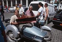 """Cuba/La Havane: Au sortir du bar """"El Floridita"""" un maquetiste dans son side-car avec entre ses mains la maquette du bateau de pêche d'Ernest Hemingway: """"El Pilar"""""""