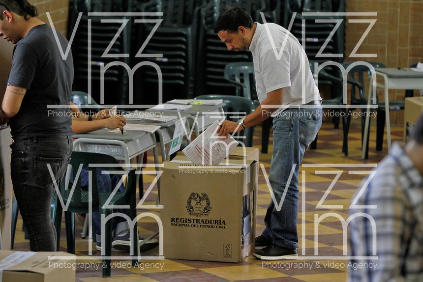BOGOTA - COLOMBIA, 11-03-2017: Bumangueses acuden a las urnas para participar en las elecciones legislativas de Colombia de 2018 que se realizan hoy, domingo 11 de marzo de 2018m en todo el territorio colombiano. En ellas se eligen los miembros de ambas Cámaras del Congreso en Colombia. En el Senado de la República se elegirán 108 senadores y en la Cámara de Representantes se elegirán 172 parlamentarios. / Bucaramanga's people go to the polls to participate in the legislative elections of Colombia in 2018 that take place today, Sunday, March 11, 2018m throughout the Colombian territory. In them, the members of both Houses of Congress in Colombia are elected. In the Senate of the Republic 108 senators will be elected and in the House of Representatives 172 parliamentarians will be elected. Photo: VizzorImage / Óscar Martínez / Cont