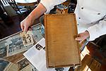 Foto: VidiPhoto<br /> <br /> BURGH-HAAMSTEDE - Het is een museum, bakkerij, lunchroom en snoepwinkel tegelijk. Brood- en banketbakkerij Sonnemans in Burgh-Haamstede is met stip de bezienswaardigste, wonderlijkste en smakelijkste warme bakker van Nederland. De bakkerij is wereldberoemd. Foto: De houten klapper met Duitse stafkaarten.