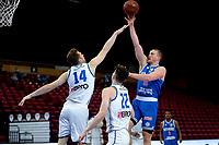 18-05-2021: Basketbal: Donar Groningen v Heroes Den Bosch: Groningen, Donar speler Thomas Koenis moet Den Bosch speler Miha Lapornik