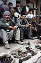 Irak 1992<br /> Le marché des armes dans la rue à Halabja<br /> <br />  <br /> Iraq 1992<br /> Weaponmarket in the street of Halabja