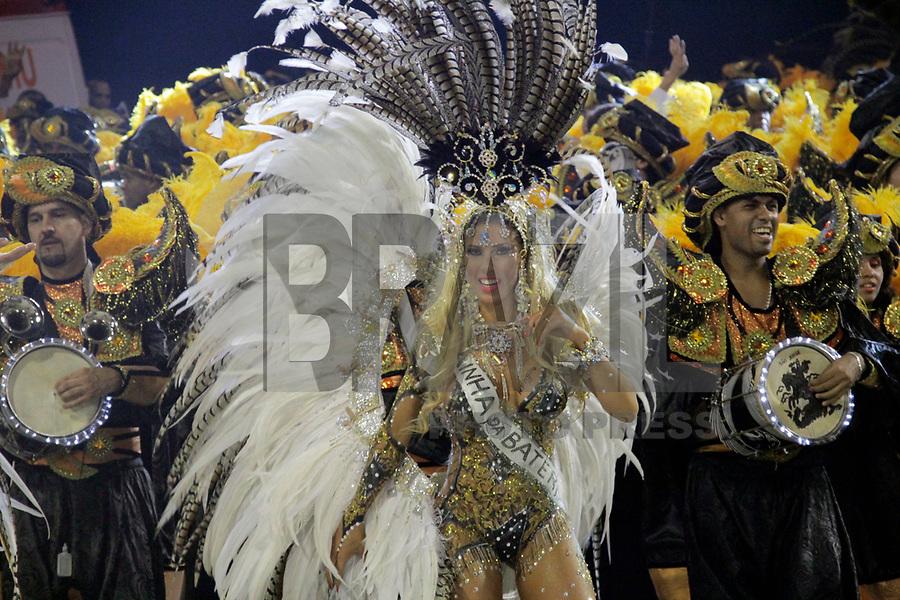 SÃO PAULO, SP, 06 DE MARÇO DE 2011 - CARNAVAL 2011 / GAVIÕES DA FIEL - A rainha da Bateria Tatiana Minorato da Gaviões da Fiel durante o segundo dia dos desfiles as escolas do Grupo Especial de São Paulo, no Sambódromo do Anhembi, zona norte da capital paulista, na madrugada deste domingo. (06). (FOTO: ALE VIANNA / NEWS FRE