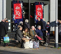 Pictured: Shoppers are resting on a bench in Oxford Street, Swansea, south Wales. Friday 28 November 2014<br />