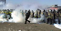 SOMMET DES AMERIQUES A QUEBEC AVRIL 2001<br /> MANIFESTATION VIOLENCE ARRESTATION<br /> PLUS DE 50,000 MANIFESTANTS<br /> PHOTO JACQUES NADEAU<br /> AVRIL 2001<br /> 23 SEPTEMBRE 2013 P.A-7