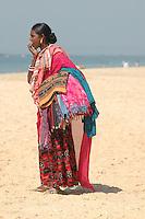 Goa / Indien..Die siebzehn Jahre alte Lakshmi aus dem hundert kilometer entfernten Karnataka arbeitet in der Saison an den Stränden in Goa. Sie ist eine von hundert fliegenden Händlerinnen die  Touristen den ganzen Tag bunte Schals, Decken und Reichverzierte Tücher anbieten.