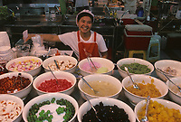Asie/Thaïlande/Chiang Mai : Dans le Night Bazaar, étal d'une boutique de confiseries et desserts à base de gélatine parfumée