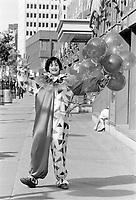 Le Centre-Ville de Montreal dans les années 80<br /> <br /> Clown sur la rue Ste-Catherine, Juin 1988<br /> <br /> Montreal downtown , in the eighties.