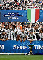 """Calcio, Serie A: Juventus vs Sampdoria. Torino, Juventus Stadium, 14 maggio 2016. <br /> Juventus' players pose with the """"Scudetto"""" trophy to celebrate the win of the Italian Serie A title at the end of the football match between Juventus and Sampdoria at Turin's Juventus Stadium, 14 May 2016.<br /> UPDATE IMAGES PRESS/Isabella Bonotto"""