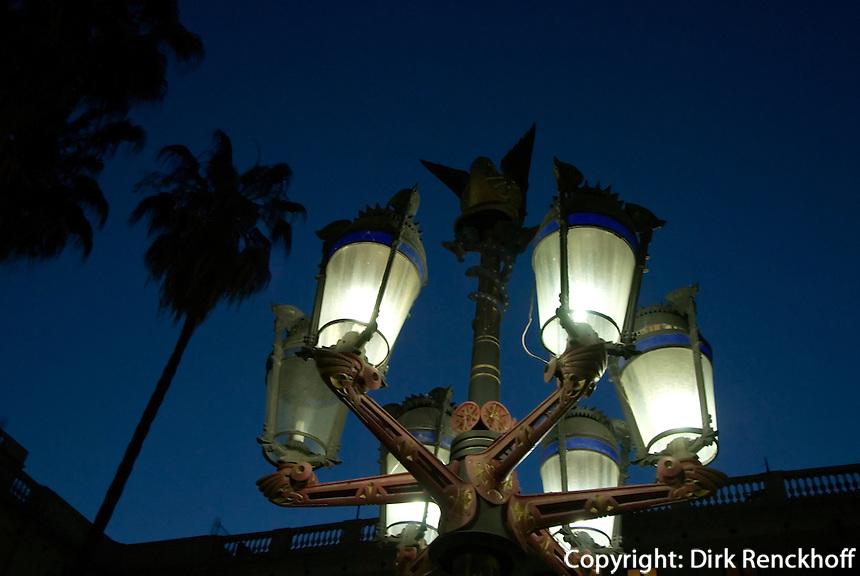 Spanien, Barcelona, Lampe von Antoni Gaudi an der Placa Reial