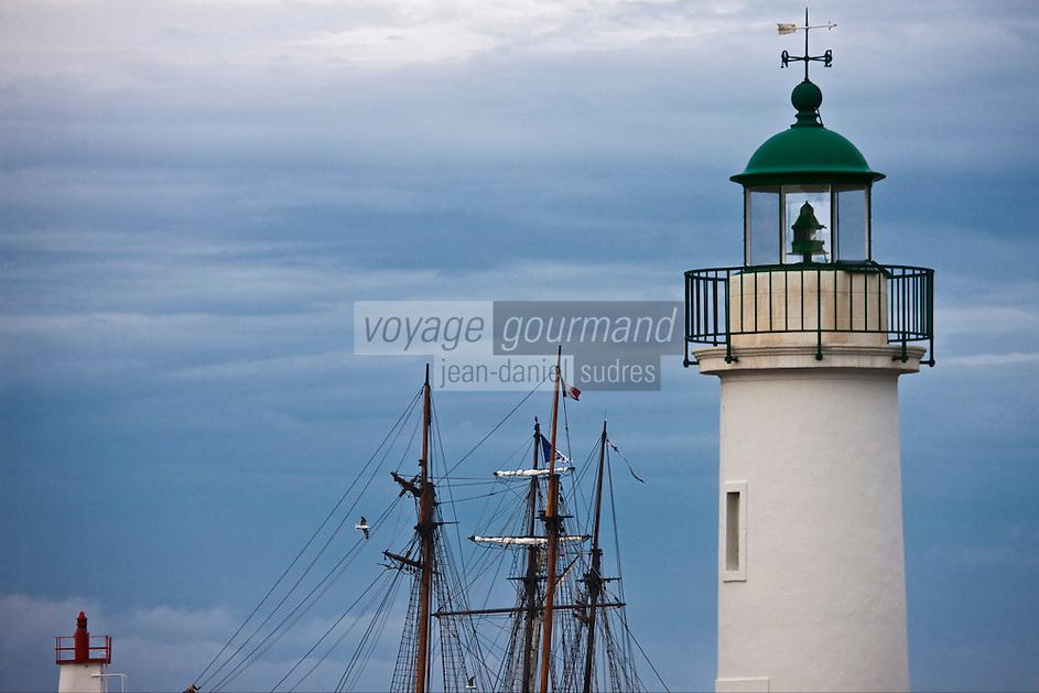 Europe/France/Bretagne/56/Morbihan/ Belle-Ile-en-Mer/Sauzon: Phare du port et mat d'un  vieux gréement