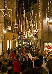 Oesterreich, Salzburger Land, Stadt Salzburg: Weihnachtsbummel durch die Getreidegasse | Austria, Salzburger Land, Salzburg: Christmas window shopping at Getreidegasse Lane