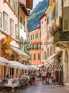 Italy, Trentino, Riva del Garda: popular holiday resort at Lake Garda (Lago di Garda), old town lane   Italien, Trentino, Riva del Garda: beliebter Urlaubsort am Nordufer des Gardasees, Altstadtgasse
