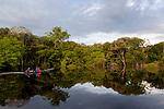 Navigation sur le Rio Negro au nord de Manaus sur le bateau de croisière La Jangada. Reflets dans les eaux noires du Rio Negro