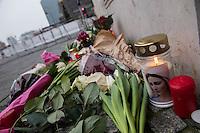 Trauer nach Anschlag auf Berliner Weihnachtsmarkt.<br /> Am Abend des 19. Dezember 2016 fuhren Unbekannte mit einem LKW mit polnischen Kennzeichen in den Berliner Weihnachtsmarkt am Kurfuerstendamm und toeteten 12 Menschen, 48 wurden zum Teil schwer verletzt.<br /> Im Bild: Berliner Buerger trauern am Dienstag den 20. Dezember 2016 um die Anschlagsopfer und die Verletzten.<br /> 20.12.2016, Berlin<br /> Copyright: Christian-Ditsch.de<br /> [Inhaltsveraendernde Manipulation des Fotos nur nach ausdruecklicher Genehmigung des Fotografen. Vereinbarungen ueber Abtretung von Persoenlichkeitsrechten/Model Release der abgebildeten Person/Personen liegen nicht vor. NO MODEL RELEASE! Nur fuer Redaktionelle Zwecke. Don't publish without copyright Christian-Ditsch.de, Veroeffentlichung nur mit Fotografennennung, sowie gegen Honorar, MwSt. und Beleg. Konto: I N G - D i B a, IBAN DE58500105175400192269, BIC INGDDEFFXXX, Kontakt: post@christian-ditsch.de<br /> Bei der Bearbeitung der Dateiinformationen darf die Urheberkennzeichnung in den EXIF- und  IPTC-Daten nicht entfernt werden, diese sind in digitalen Medien nach §95c UrhG rechtlich geschuetzt. Der Urhebervermerk wird gemaess §13 UrhG verlangt.]